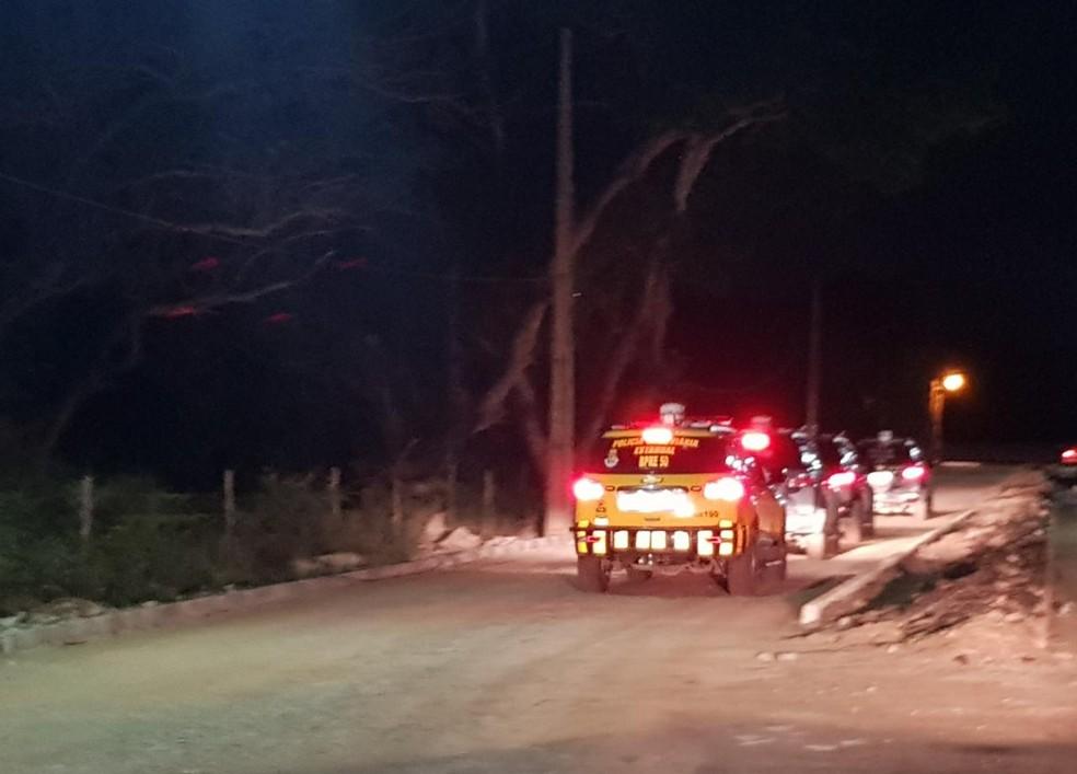 Polícia realiza buscas no Eusébio para capturar homens que balearam cabo e sargento da PM. — Foto: Rafaela Duarte/ SVM