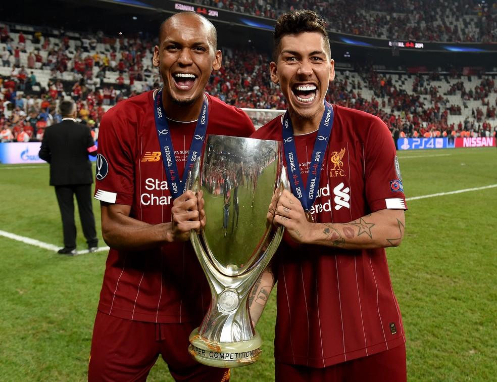 Firmino e Fabinho comemoram o título da Supercopa da Europa com o Liverpool — Foto: Getty Images