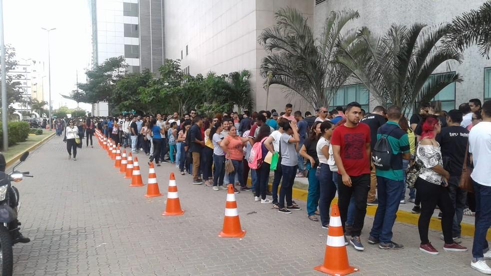Candidatos formaram filas quilométricas em busca de emprego em Fortaleza. — Foto: Alessandro Torres