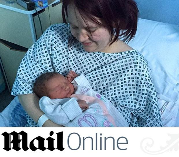 Lindsay não sabia que estava grávida e, em três horas, deu à luz Isabella (Foto: Reprodução/ Daily Mail)