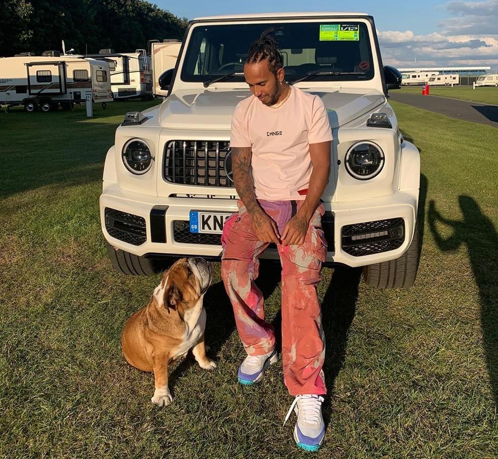 Lewis Hamilton tem passado o tempo com seu cachorro Roscoe — Foto: Reprodução/rede social