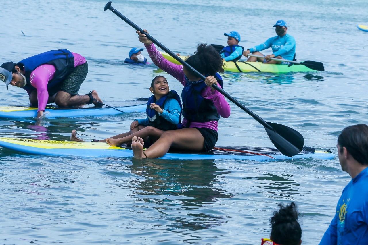 Projeto que oferece aulas de stand-up paddle para autistas tem manhã de atividades em Fortaleza