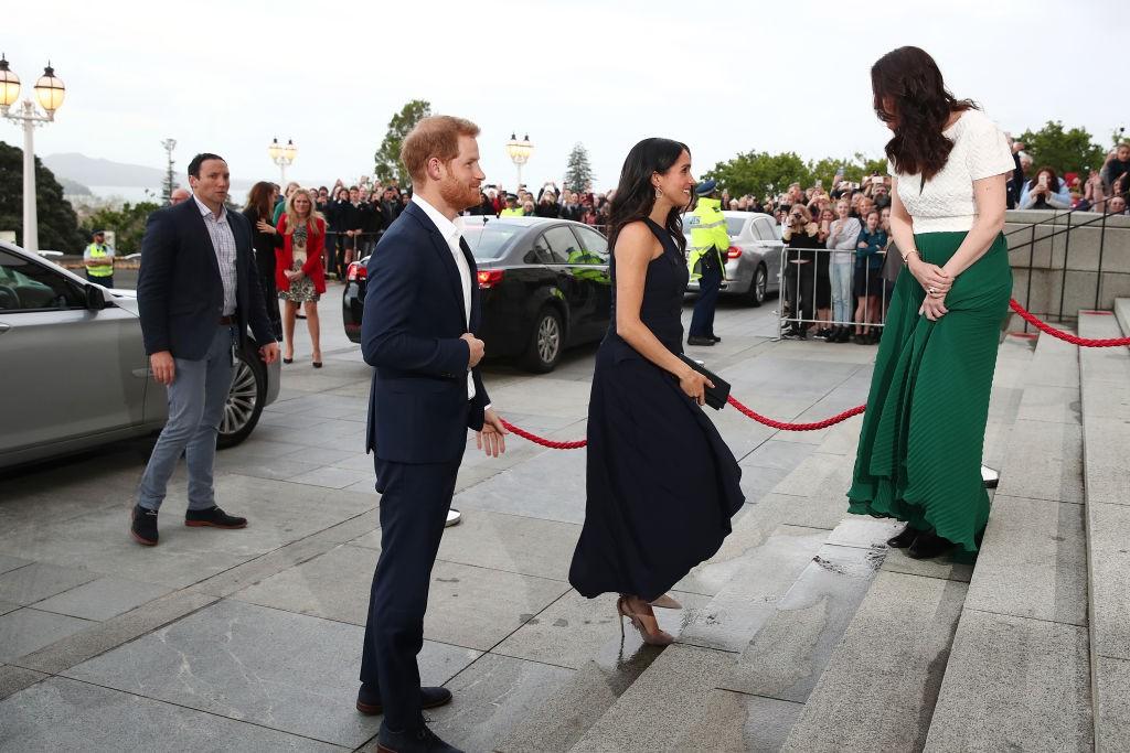 Meghan Markle à frente do Príncipe Harry na Nova Zelândia (Foto: Getty Images)