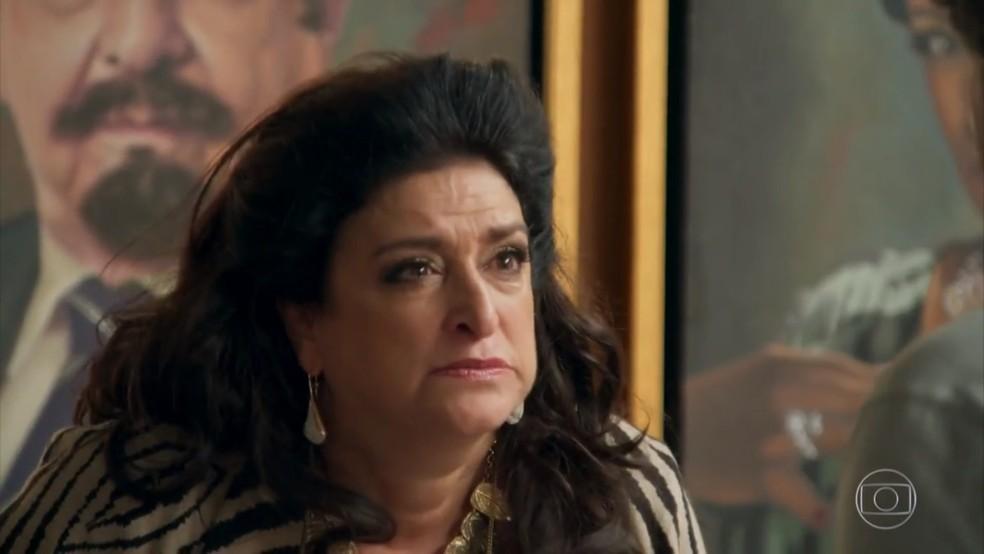 Teodora (Grace Gianoukas) se revolta com o pedido de divórcio de Aparício (Alexandre Borges) - 'Haja Coração' — Foto: Globo