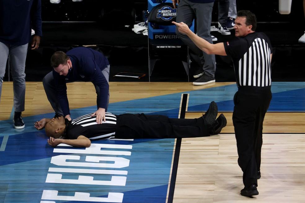 Árbitro desmaia durante partida de basquete nos EUA — Foto: Andy Lyons/Getty Images