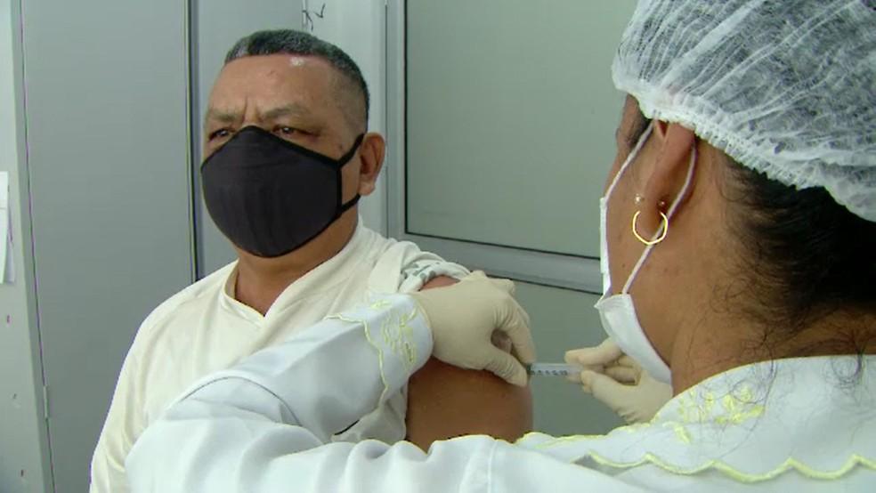 Homem é vacinado contra a gripe — Foto: TV Globo/ Reprodução