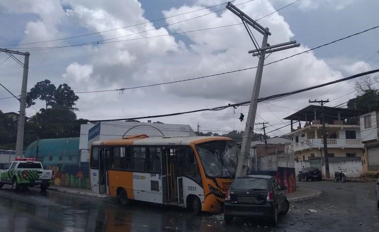 Ônibus atinge carro e poste em São Thomé de Paripe; equipamento corre risco de desabar