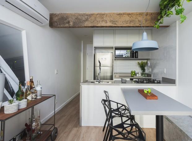 Garantindo espaço para quatro, a mesa é uma extensão da bancada da cozinha. De um lado as cadeiras dão textura ao décor e, do outro, o banco sai diretamente do rack (Foto: Divulgação)