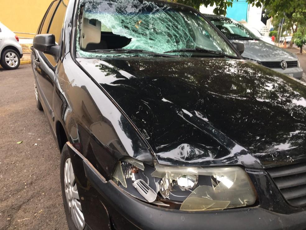 Carro danificado e abandonado no Parque Higienópolis foi apreendido pela Polícia Civil (Foto: Valmir Custódio/G1)
