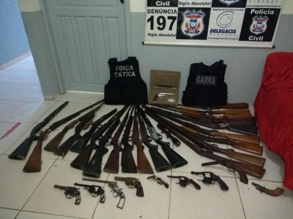 Homem foi detido com 32 espingardas e revólveres em chácara em Guarantã do Norte (Foto: Polícia Civil de MT/Assessoria)