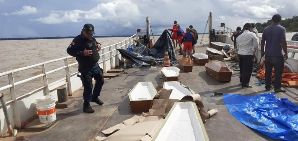 Caixões em balsa para corpos de naufrágio do Anna Karoline III — Foto: GTA/Divulgação