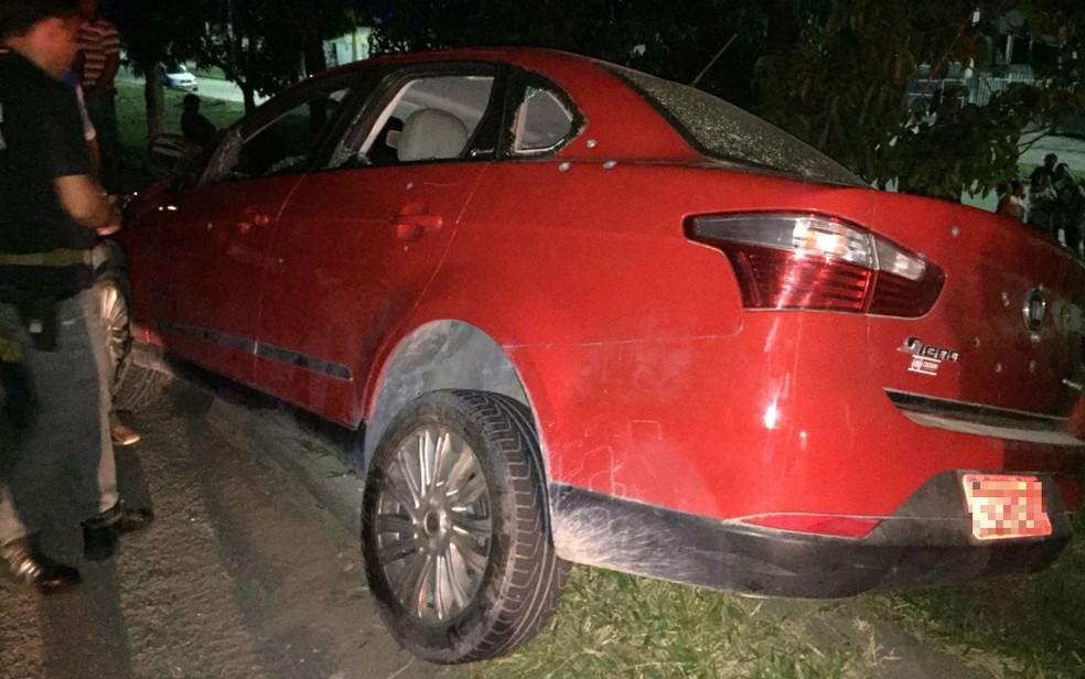 Carro onde a família estava foi alvejado (Foto: Rafael Vedra/LiberdadeNews)