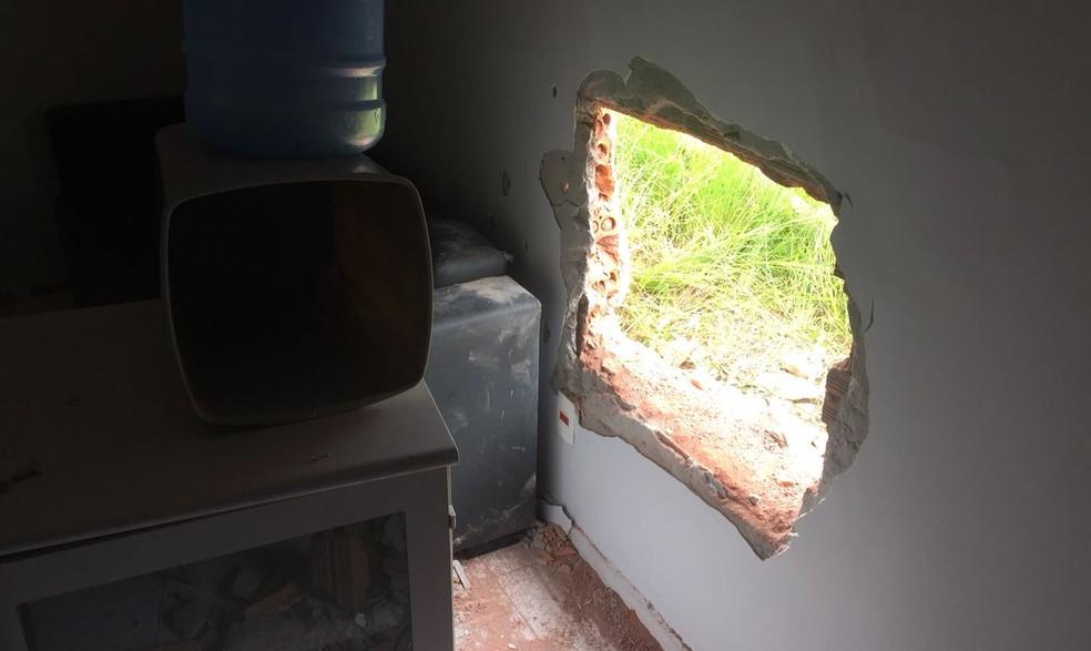 Criminosos fizeram um buraco na agência bancária durante a madrugada (Foto: Polícia Civil/ Divulgação)