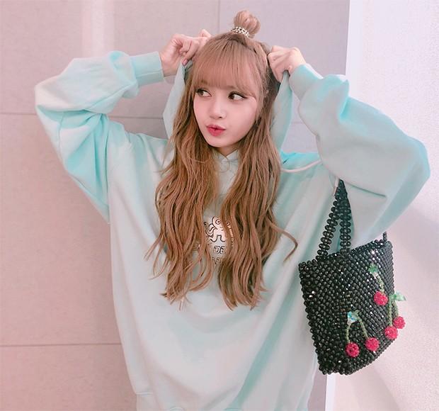 A rapper Lisa, do grupo coreano Blackpink, com uma bolsa de contas da Susan Alexandra (Foto: Instagram / Lisa)