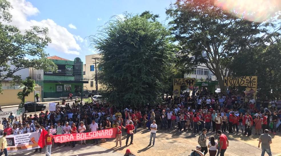 TERESINA, 9h40: manifestantes se reúnem no centro da cidade nesta quinta-feira (30) — Foto: Lorena Linhares/G1