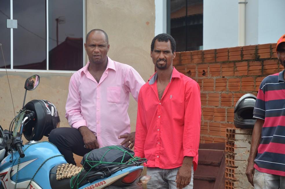 Pai de meninos (de vermelha na foto) diz que nunca mais vai celebrar aniversário (Foto: Magda Oliveira/G1)