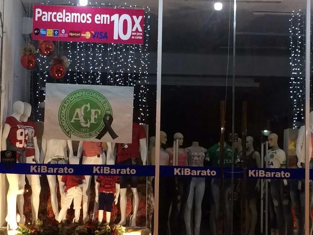 Fachada de loja no Centro de Chapecó tem laço preto para lembrar a morte do jogadores (Foto: Glauco Araújo / G1 )