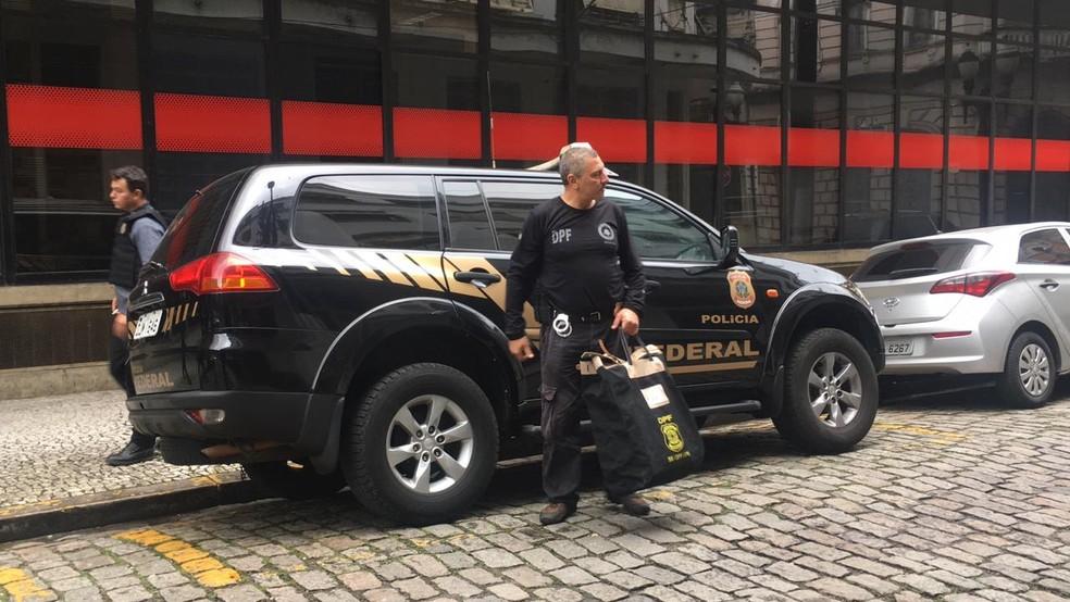 Malotes de bens apreendidos na operação são levados à Polícia Federal  — Foto: Veronica Gonzalez/G1