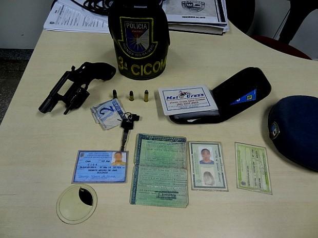 PM encontrou arma e munições com o militar (Foto: Divulgação/PM)