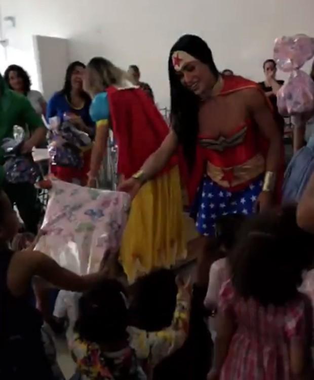 Gracyanne Barbosa se fantasiou de Mulher Maravilha para emvento em prol de orfanato (Foto: Reprodução/Instagram)