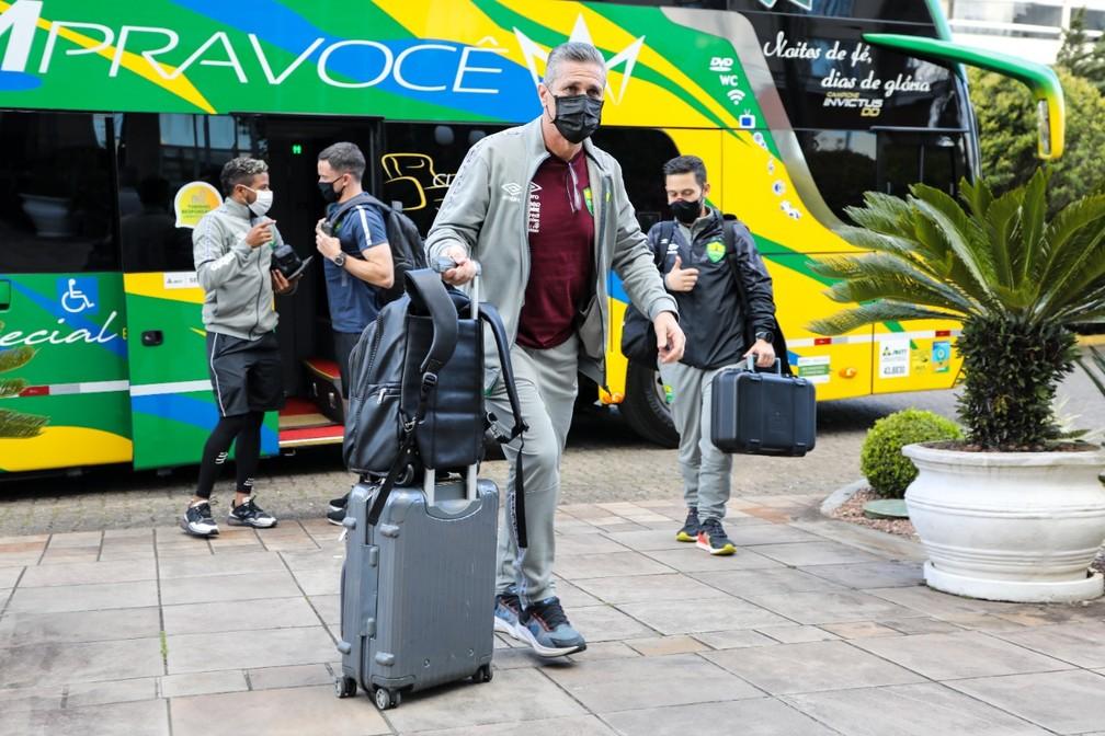 Delegação do Cuiabá desembarcou em Caxias do Sul na tarde desta sexta-feira — Foto: AssCom Dourado