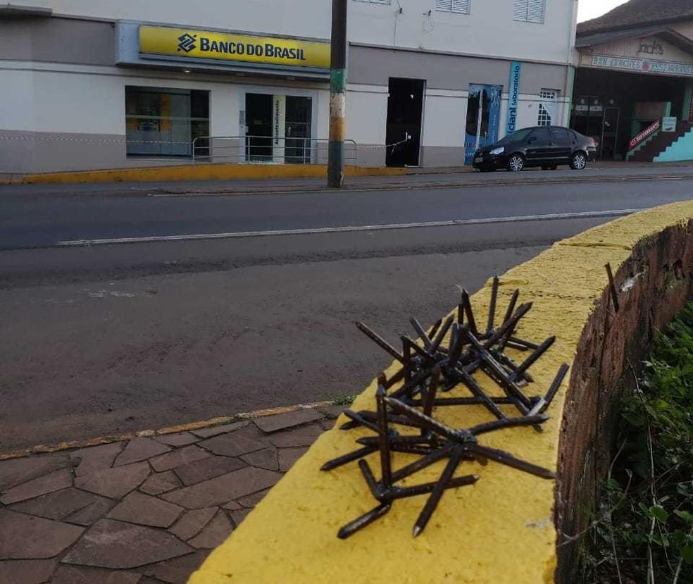 Miguelitos foram deixados pelas ruas para evitar aproximação de veículos — Foto: Polícia Civil/Divulgação