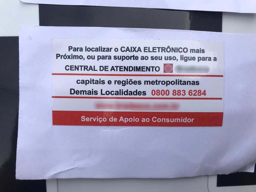 Cartão de cliente ficou travado no caixa eletrônico e ela tentou ajuda através de um telefone disponível no caixa — Foto: Polícia Militar/Divulgação