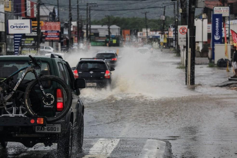Motoristas enfrentam pontos de alagamento em Florianópolis — Foto: Diorgenes Pandini/ NSC