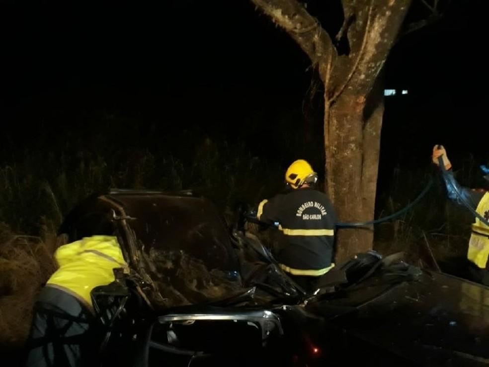 Bombeiros precisaram desencarcerar o motorista que ficou preso nas ferragens (Foto: Corpo de Bombeiros de São Carlos/ Divulgação)