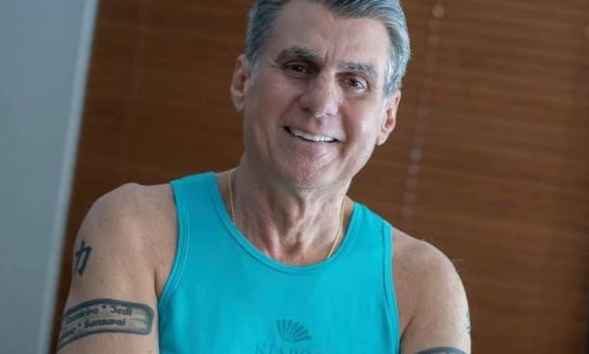 Ex-senador Romero Jucá mostra suas tatuagens