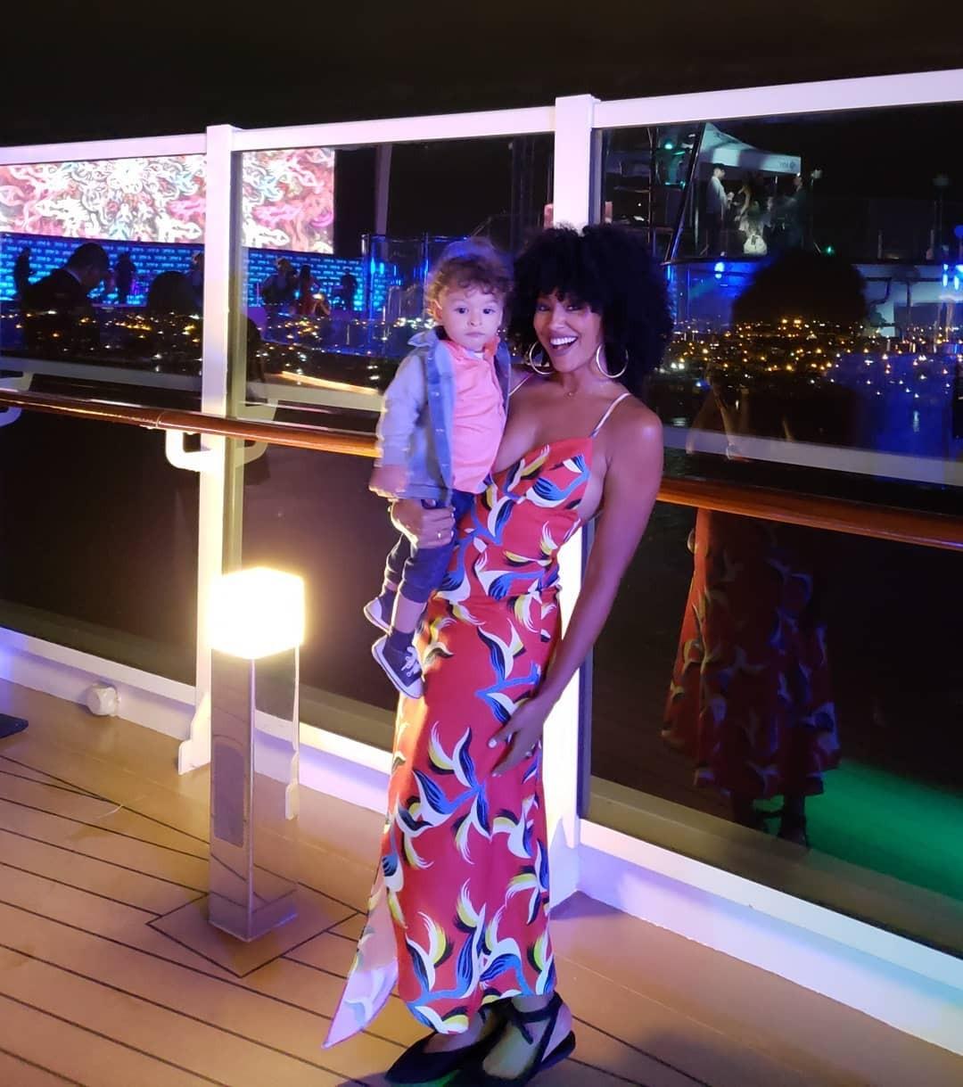 Sheron com o pequeno Benjamin no navio (Foto: Reprodução/Instagram)