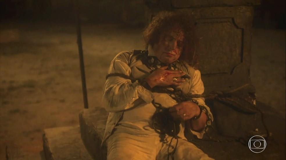 Sebastião (Roberto Cordovani) é acorrentado pelos escravos e deixado em praça pública. Em 'Novo Mundo' — Foto: TV Globo