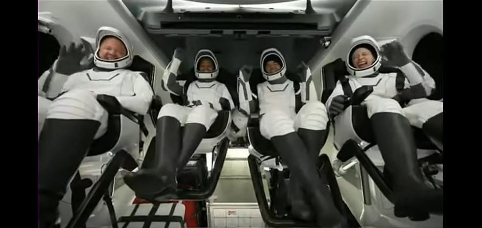 Tripulantes esperam para sair da nave da SpaceX depois do pouso no Oceano Atlântico — Foto: Reprodução
