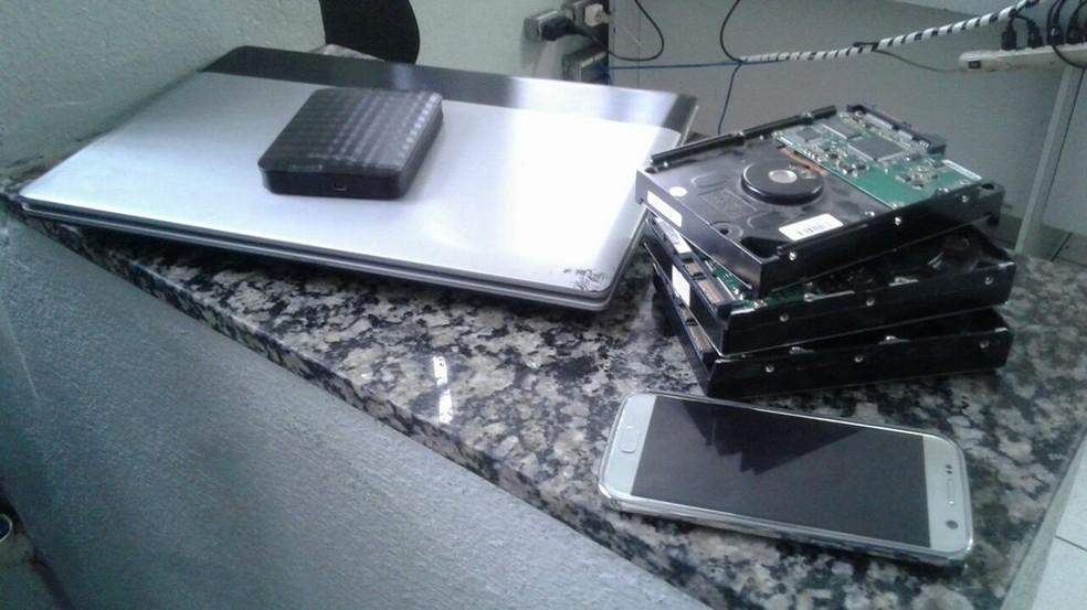 -  Na região, foram apreendidos celulares, notebooks e discos rígidos. Eles passarão por perícia.  Foto: Nayara de Paula/G1