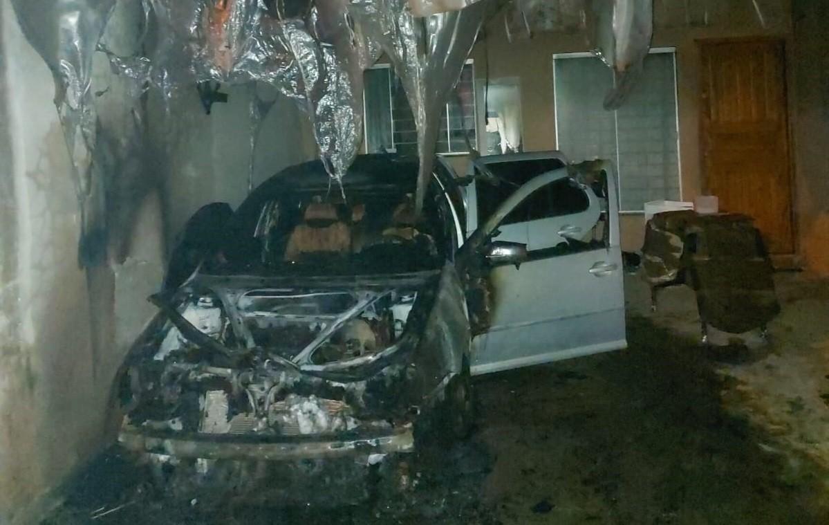 Homem coloca fogo na casa e no carro da ex-esposa em Cascavel, diz polícia