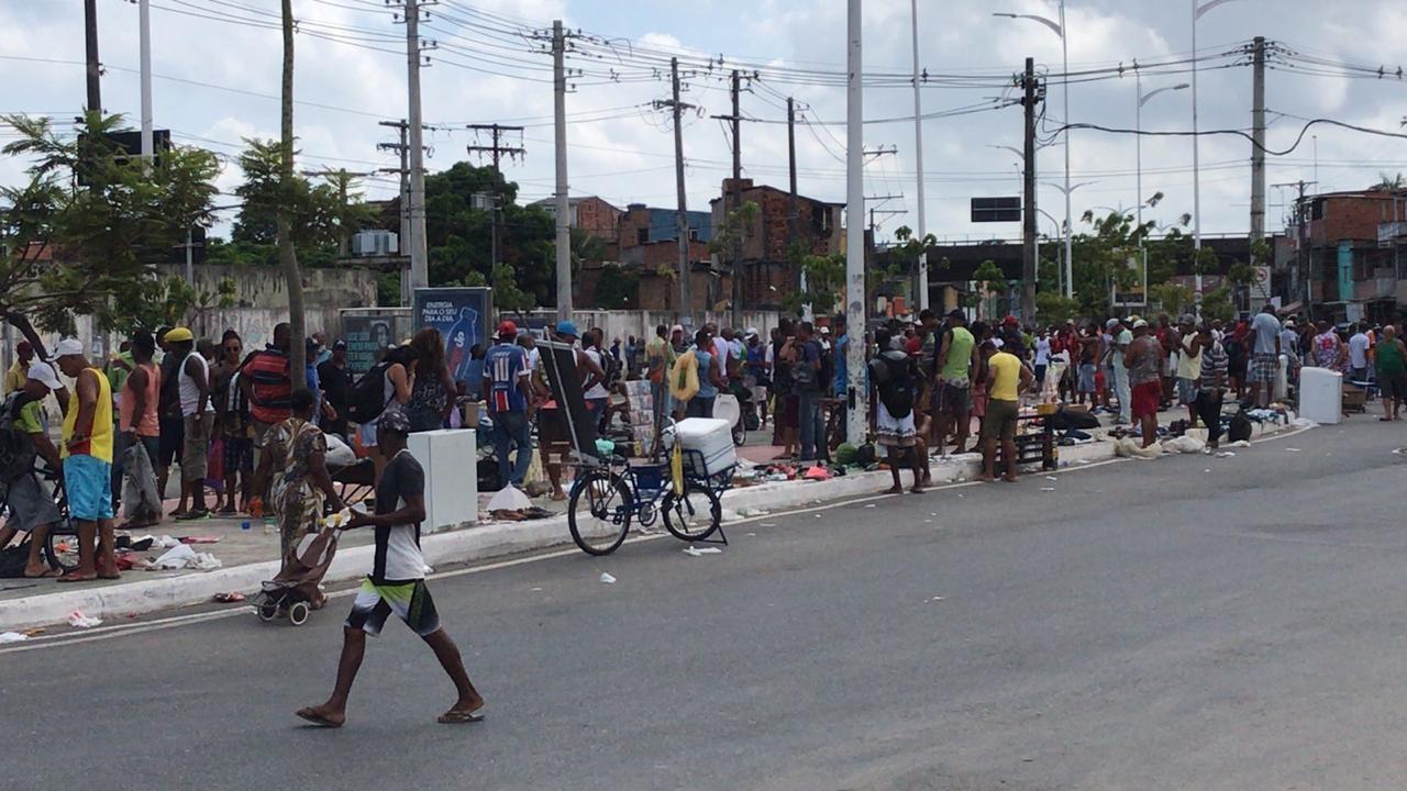 Feira popular em Salvador tem movimento intenso após ter sido fechada para evitar aglomerações