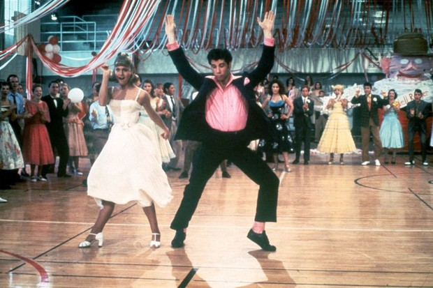 1978:  Australian singer and actor Olivia Newton-John and American actor John Travolta dance in a crowded high school gym in a still from the film, 'Grease,' directed by Randal Kleiser.  (Photo by Paramount Pictures/Fotos International/Getty Images) (Foto: Getty Images)