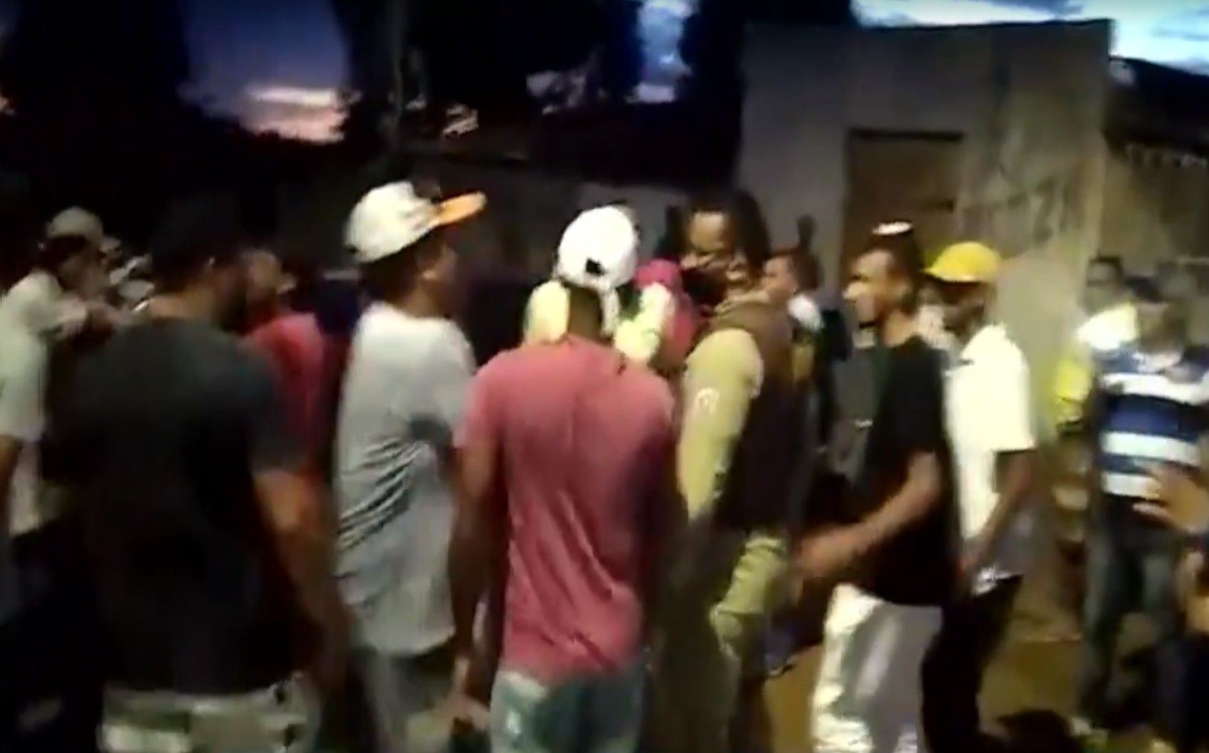 PMs encerram festa com aglomeração na BA e são cercados pelas pessoas que frequentavam evento ilegal; VÍDEO