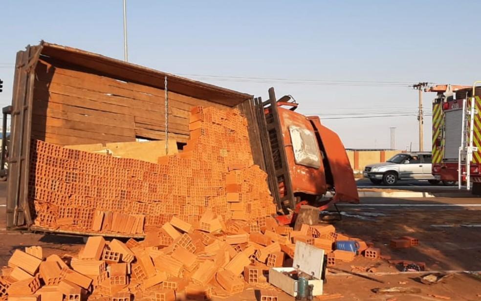 Caminhão com tijolos tombou após ser atingido por caminhonete, em Anápolis, Goiás — Foto: Corpo de Bombeiros/Divulgação
