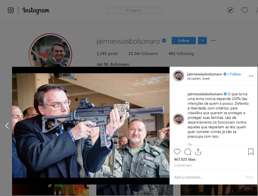 Bolsonaro publica em rede social foto empunhando um fuzil — Foto: Reprodução, Instagram