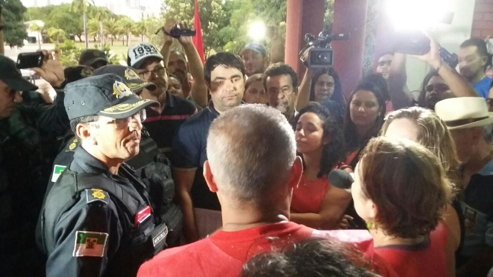 PM cumpre mandado e retira servidores em greve de ocupação da Secretaria de Planejamento do RN (Foto: Sérgio Henrique Santos/Inter TV Cabugi)