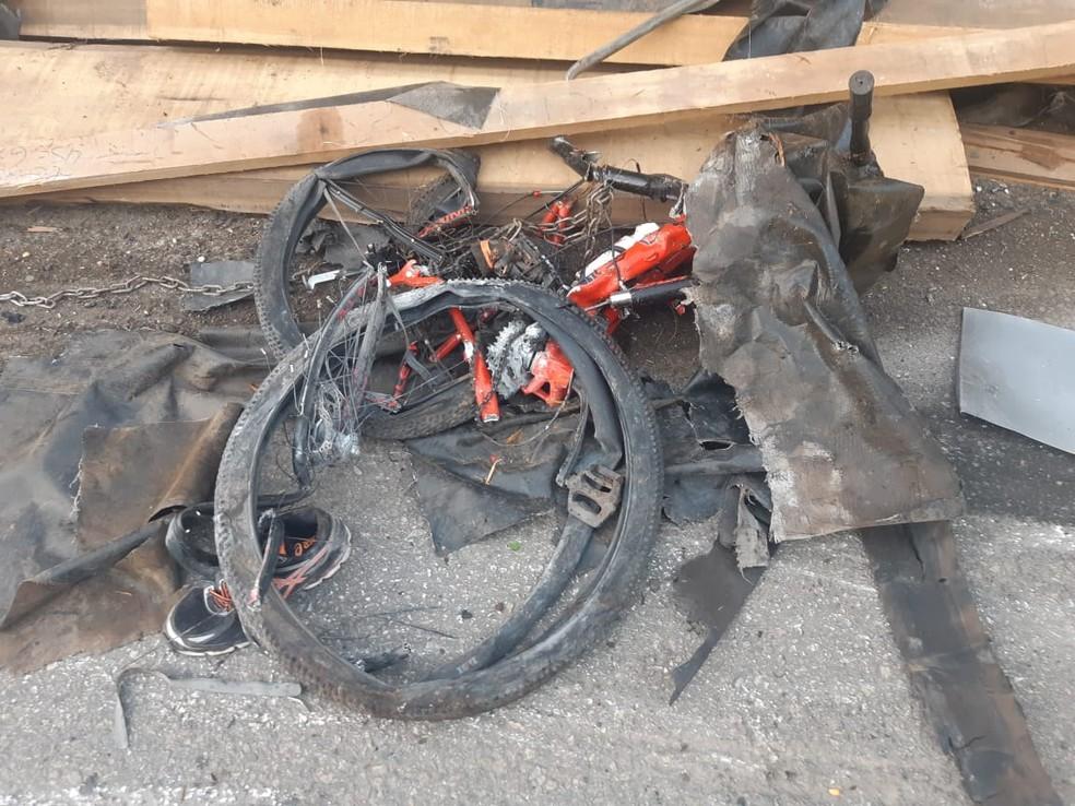 Segundo a PRF, as vítimas que estavam na bicicleta tinham 40 e 36 anos — Foto: Policia Rodoviária Federal/Divulgação