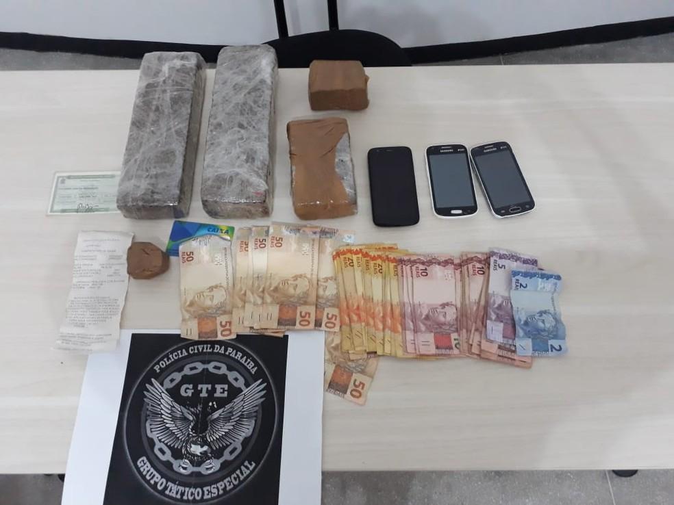 Com elas foram apreendidas 2 kg de maconha, três celulares, uma moto e R$ 1.200 em dinheiro trocado — Foto: Divulgação/Polícia Civil