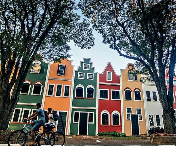 Construções típicas bem coloridas fazem você se sentir na Holanda (Foto: Divulgação)