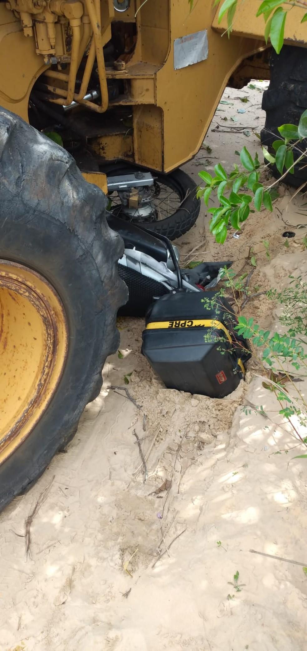 Duas motos do CPRE ficaram sem condições de uso, após tratos sem freio atingi-las em Natal. — Foto: Redes sociais