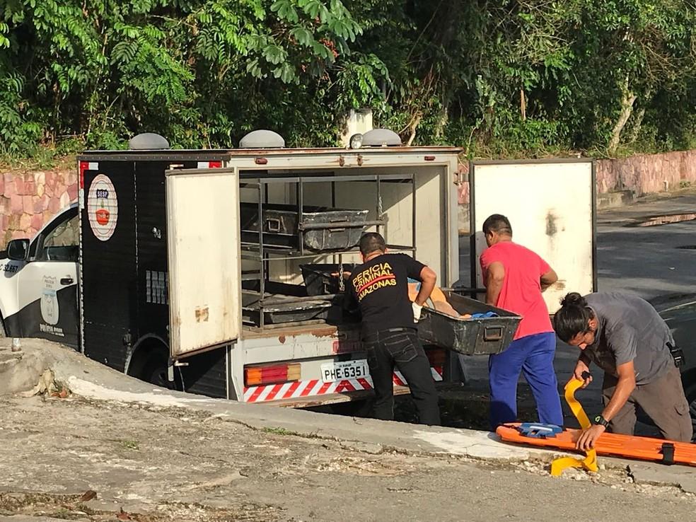 Corpo de vítima de acidente aéreo chegou a Manaus durante a tarde (Foto: Patrick Marques/G1 AM)