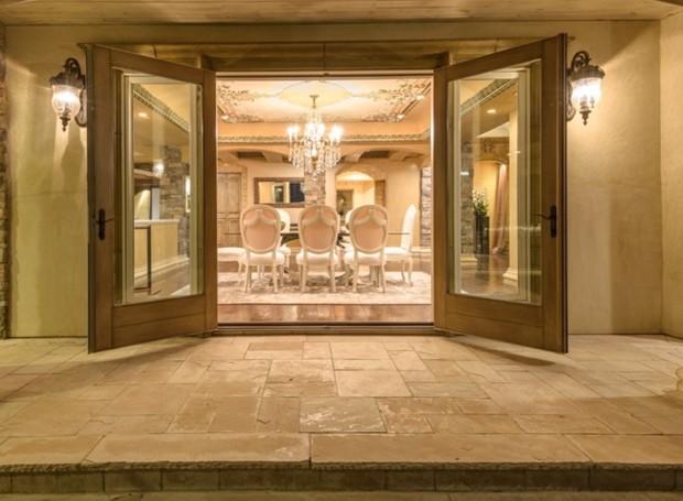 A sala de jantar se abre para a parte externa (Foto: Aaron Hoffman/ Reprodução)