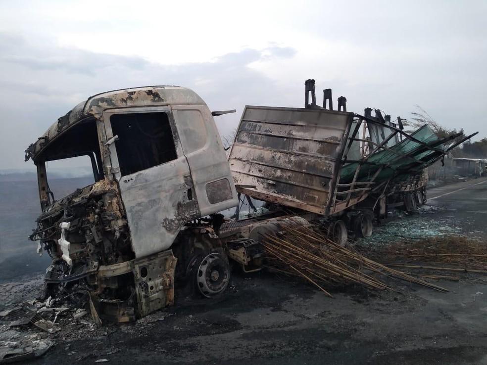 Seis pessoas morreram carbonizadas na SP-284, em Martinópolis — Foto: Paulo Sérgio Santana