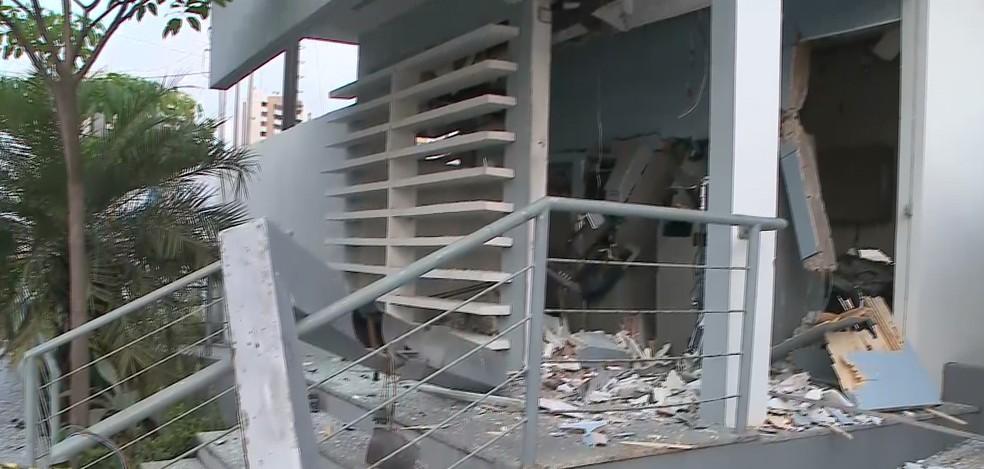 Explosão deixou destroços por toda a agência e o teto desabou — Foto: Reprodução/TV Mirante