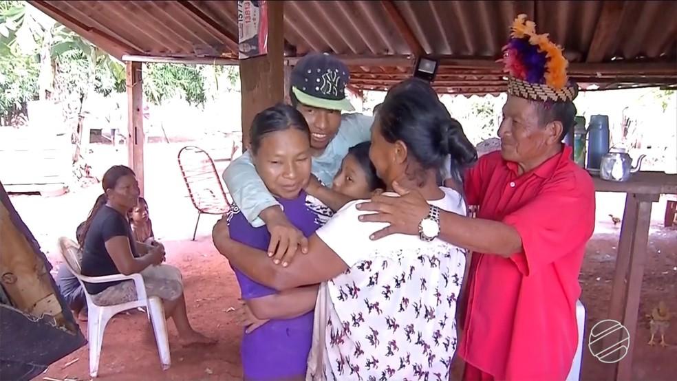 A indígena que avisou estar viva durante o próprio velório, reencontrou a família na aldeia na tarde desta terça (28). — Foto: TV Morena/Reprodução